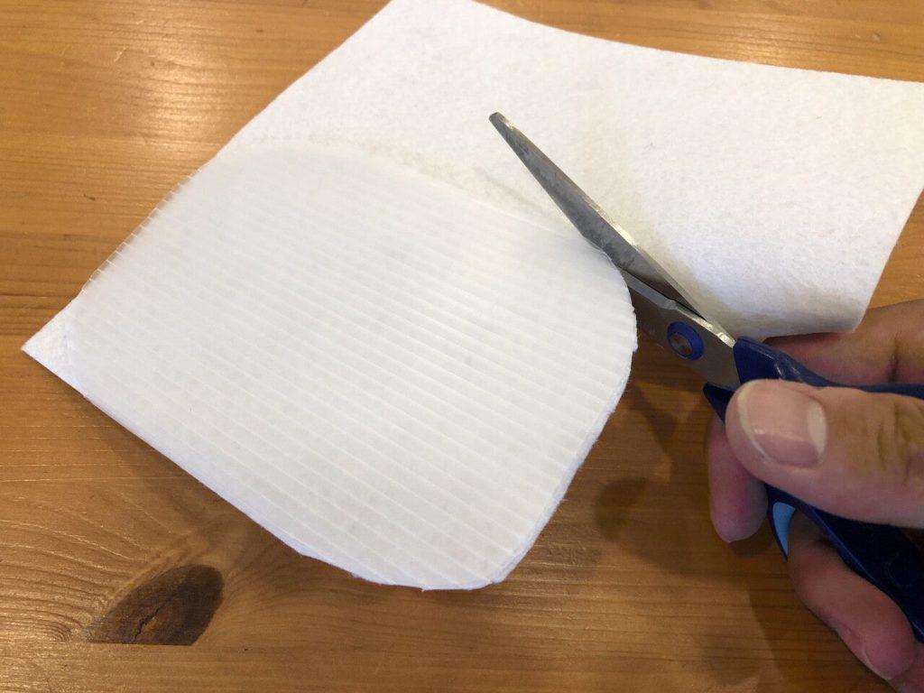 フェルトを胴体に貼り付けて、胴体の大きさで切る